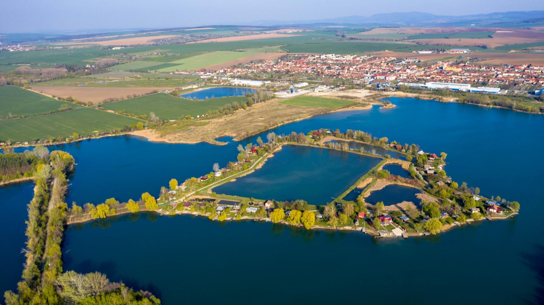 Štěrková-jezera-a-obec-Ostrožská-Nová-Ves